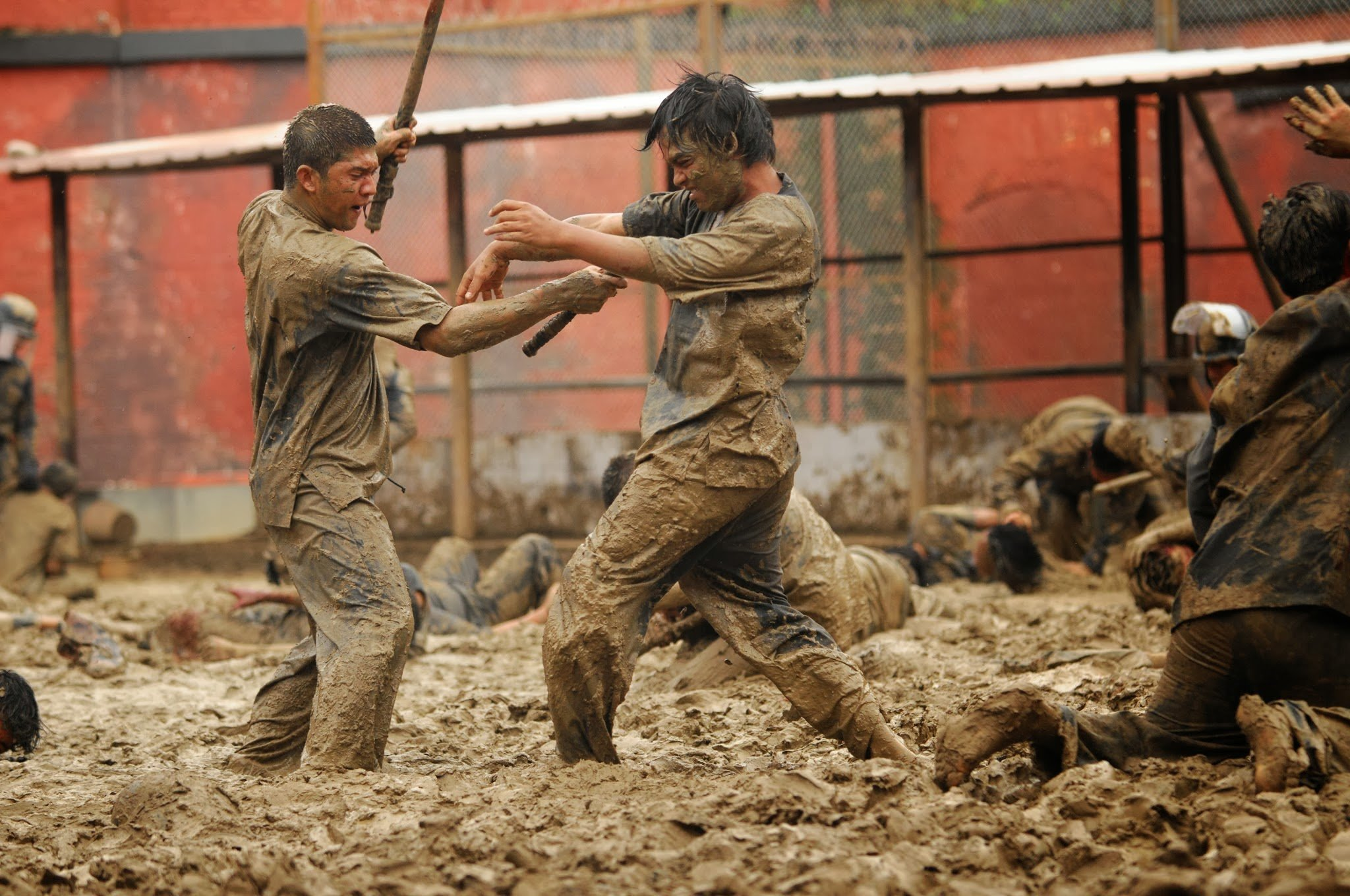 Photo d'un combat de boue dans le film The Raid 2: Berandal