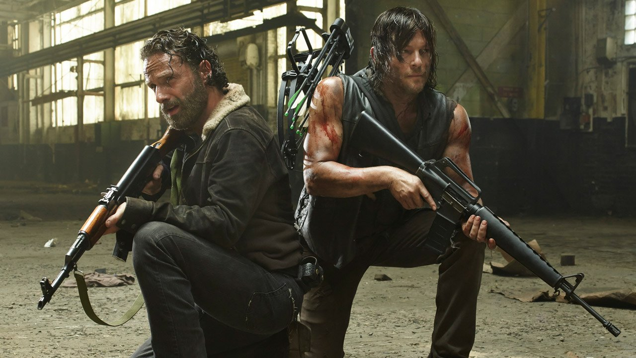 Photo de la saison 5 de la série The Walking Dead avec Andrew Lincoln (Rick Grimes) et Norman Reedus (Daryl Dixon)