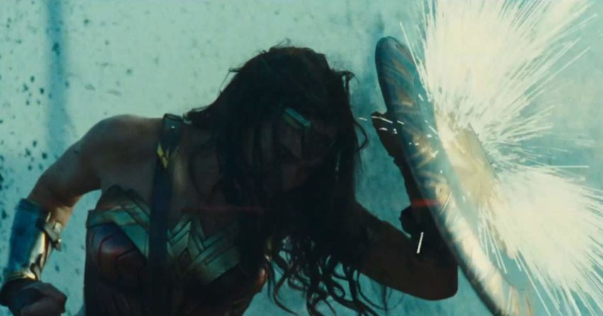 Photo de Wonder Woman en train de lever le bouclier