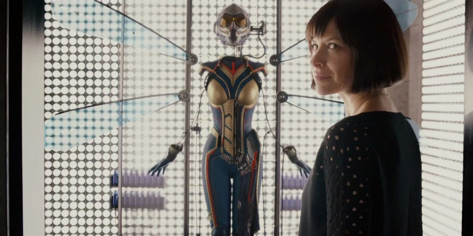Photo d'Evangeline Lilly devant le costume de The Wasp dans la scène post-générique d'Ant-Man