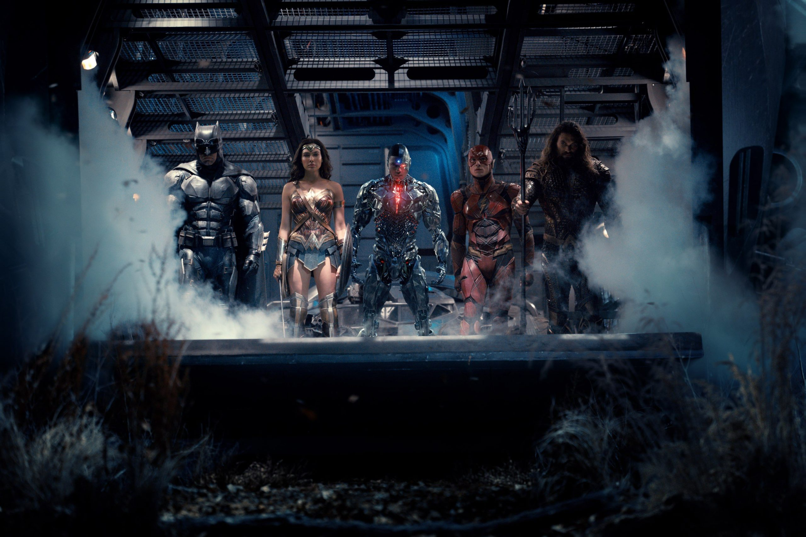 Photo de la Justice League avec de gauche à droite : Batman (Ben Affleck), Wonder Woman (Gal Gadot), Cyborg (Ray Fisher), The Flash (Ezra Miller) et Aquaman (Jason Momoa).
