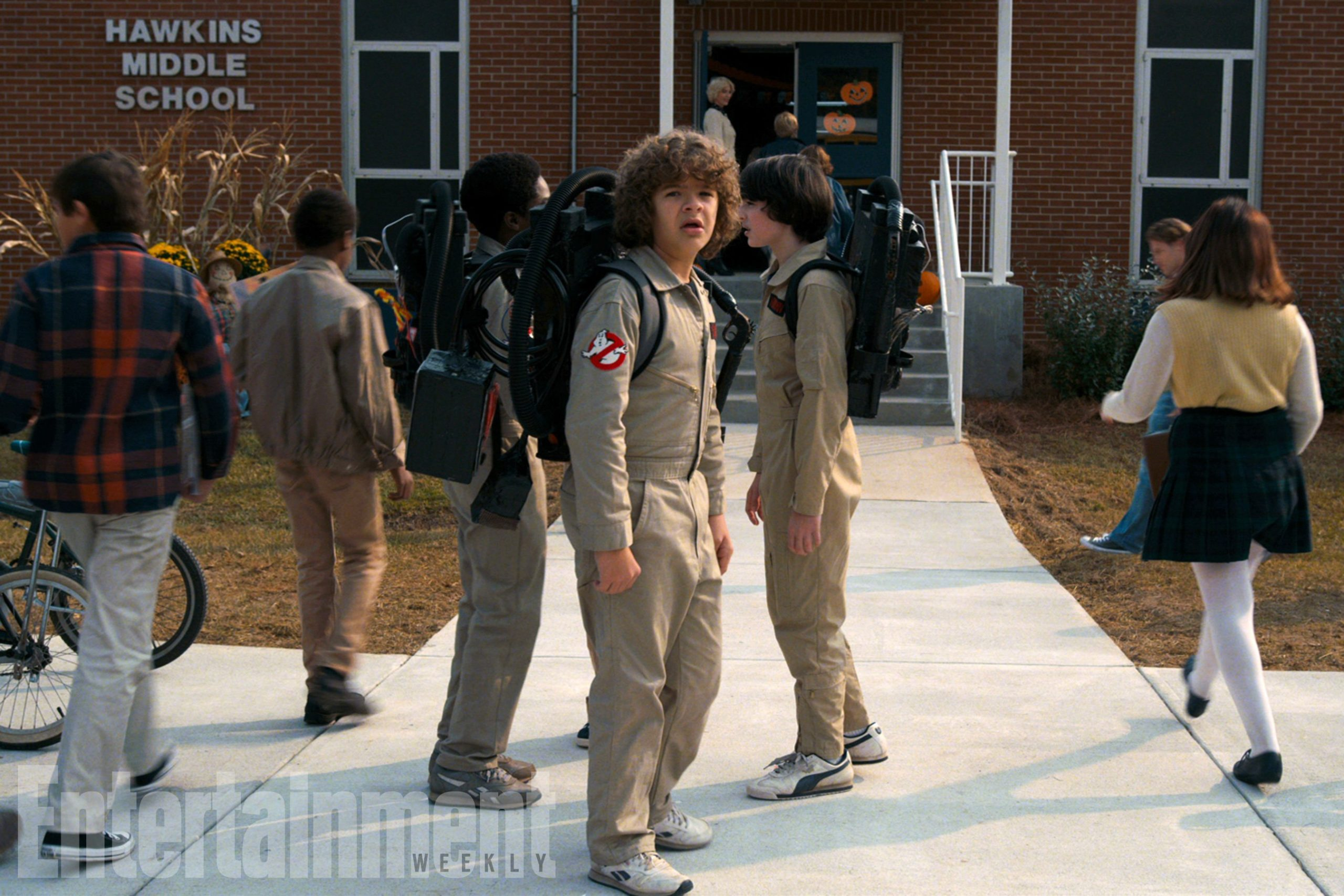 Photo de Stranger Things 2 avec Dustin, Mike et Lucas en costume de SOS Fantômes