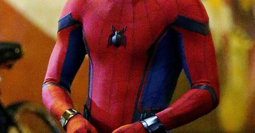 Photo du tournage de Spider-Man: Homecoming avec Tom Holland tenant son masque