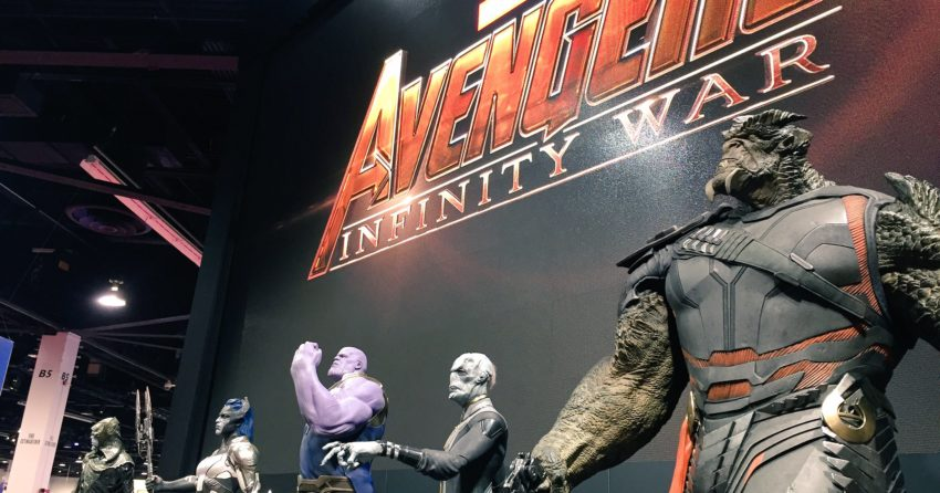Photo du film Avengers: Infinity War au D23 2017 avec Thanos et les Children of Thanos et le logo