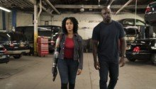 Photo de la saison 2 de Luke Cage avec Misty Knight et son bras bionique