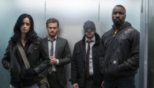 Photo du groupe The Defenders dans un ascenseur