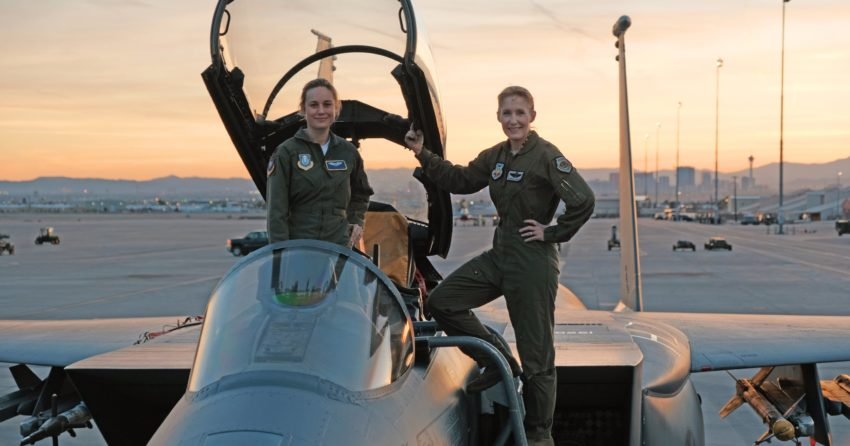 Photo du tournage du film Captain Marvel avec Brie Larson et Jeannie Leavitt