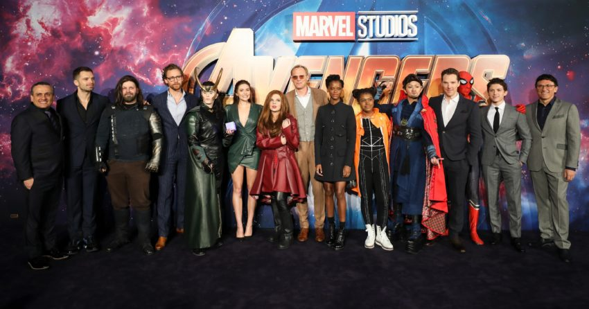 Photo de la tournée mondiale du film Avengers: Infinity War à Londres avec de gauche à droite : Joe Russo, Sebastian Stan, Tom Hiddleston, Elizabeth Olsen, Paul Bettany, Letitia Wright, Benedict Cumberbatch, Tom Holland et Anthony Russo