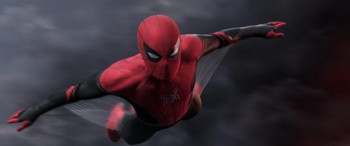 Photo du film Spider-Man: Far From Home avec Spider-Man en plein vol plané