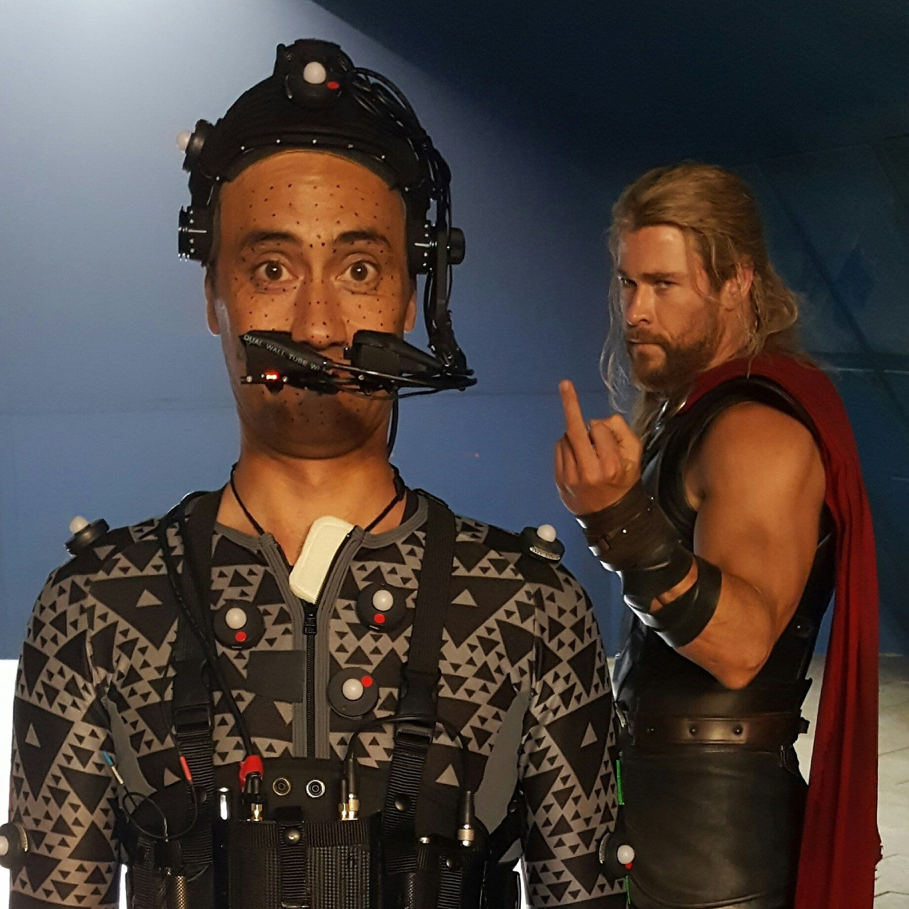 "Photo du tournage de Thor: Ragnarok avec Chris Hemsworth en train de faire un doigt à Taika ""Korg"" Waititi"