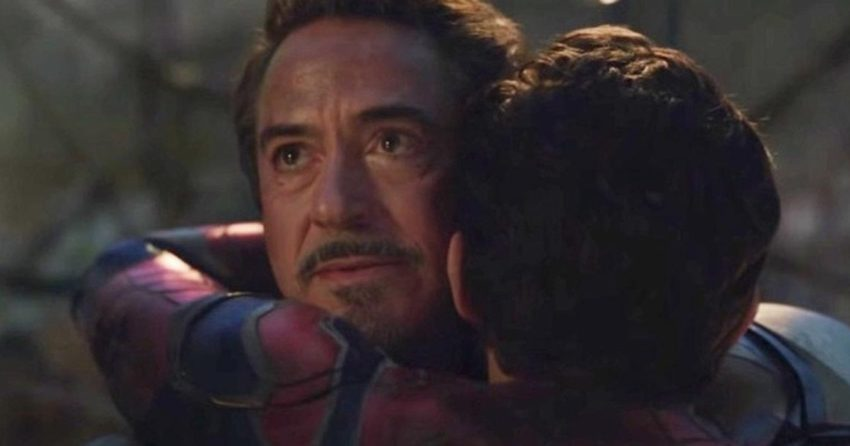 Photo du film Avengers: Endgame où Peter Parker (Spider-Man) fait un calin à Tony Stark (Iron Man)