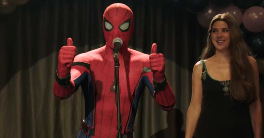 Photo du film Spider-Man: Far From Home avec Tom Holland et ses deux pouces levés