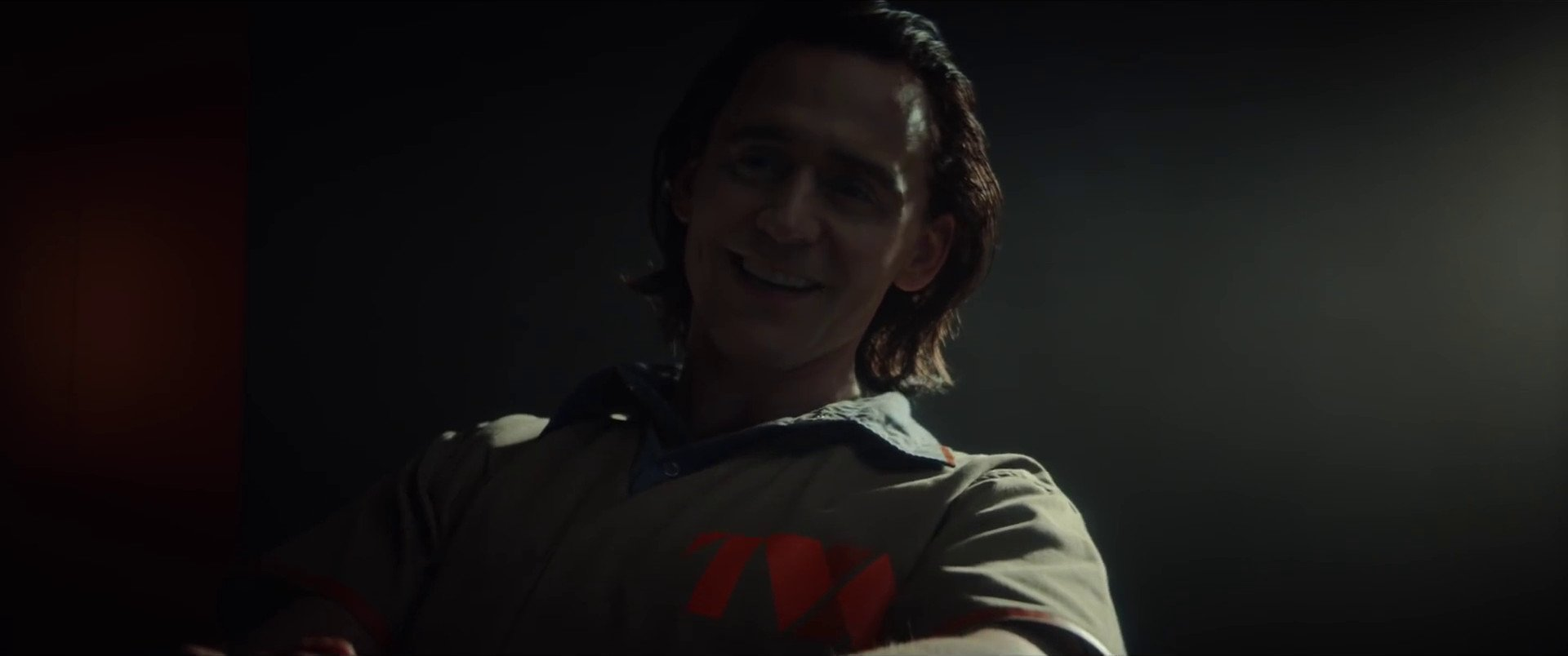 Photo de la série Marvel Studios, Loki, issue du spot pour le Super Bowl 2020 où Tom Hiddleston porte un costume TVA