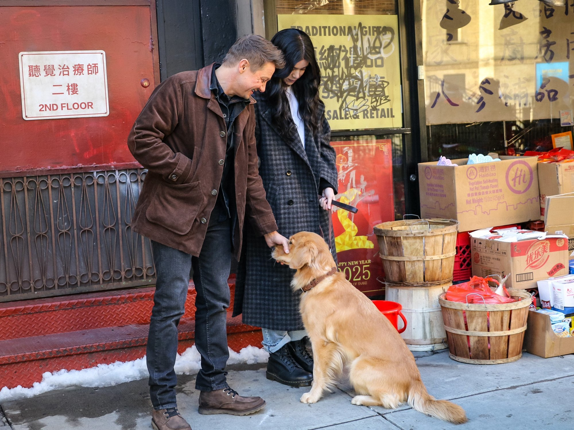 Photo du tournage de la série Disney+, Hawkeye, à Brooklyn, New York, avec Jeremy Renner alias Clint Barton et Hailee Steinfeld alias Kate Bishop montrant que la série se déroule fin 2024