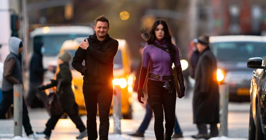 "Photo du tournage à New York de la série Disney+, Hawkeye, avec Jeremy ""Hawkeye"" Renner et Hailee ""Kate Bishop"" Steinfeld en costume"